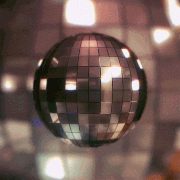 Eine drehende Disko-Kugel, im Hintergrund unscharf eine noch viel grössere Kugel.