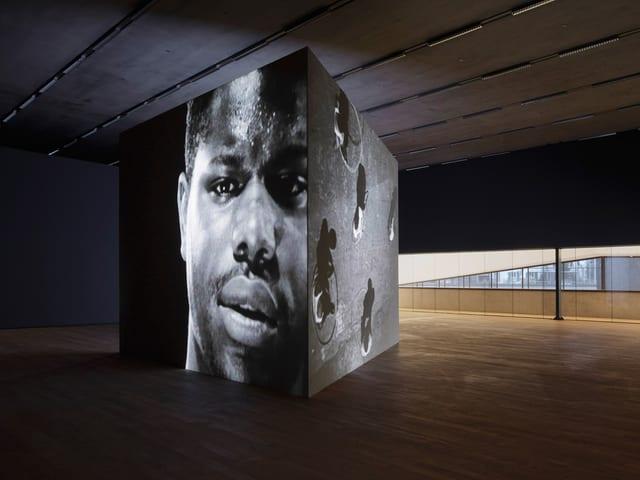 Projektion eines Portraits von Steve McQueen auf eine Stellwand im Schaulager Basel.