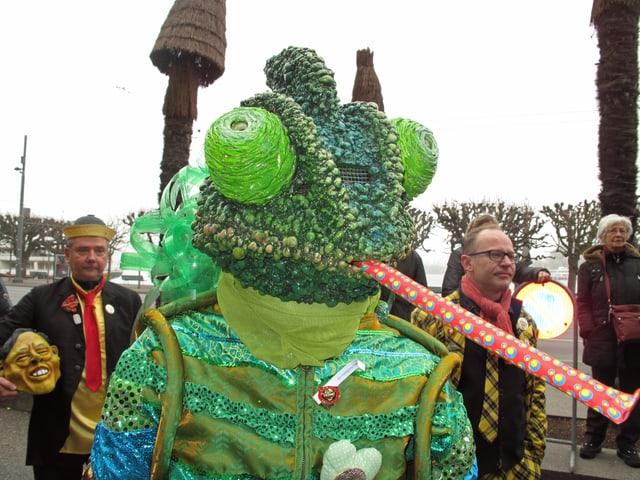 Fasnächtler an der Luzerner Fasnacht als grünes Monster verkleidet.