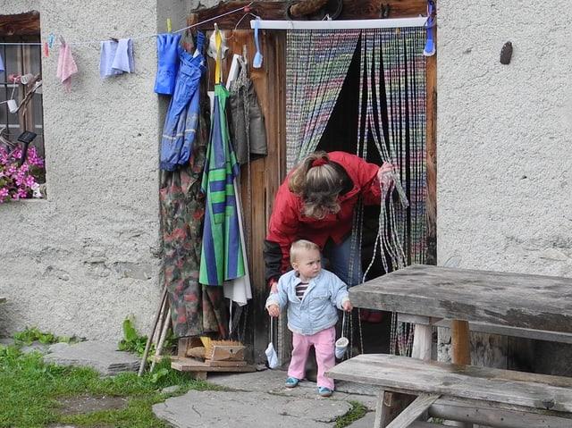 Karin und Julia stehen im Türeingang zur Hütte.