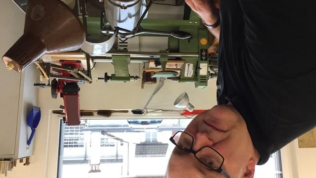 Matthias Gubler ist einer der wenigen Menschen in Europa, der noch Taktstöcke in Handarbeit herstellt.