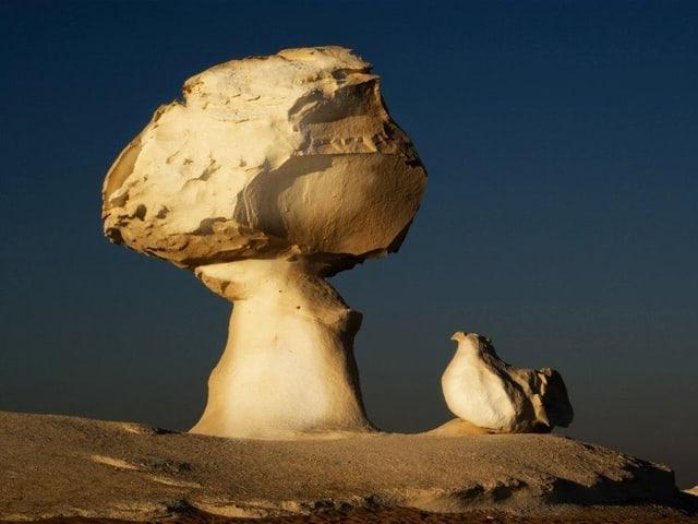 Bizarre Gesteinsformen in der Wüste von Ägypten.