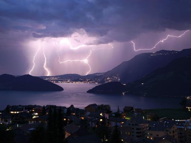 Blitze über einem See