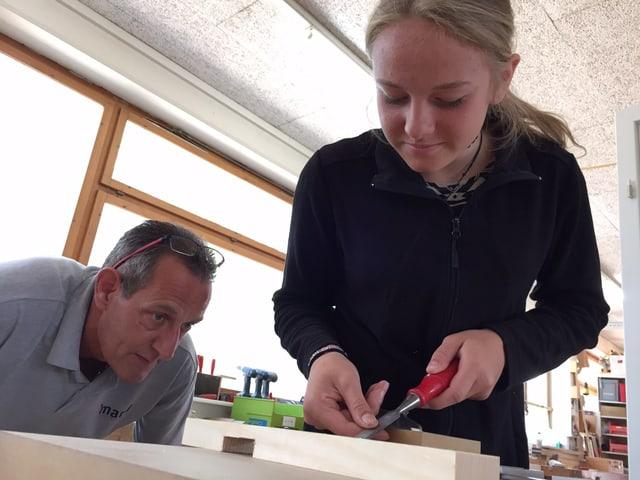 Links beobachtet der Ausbildungsverantwortliche Heinz Eggnauer genau, was Schnupperstiftin Anna Huwyler tut.