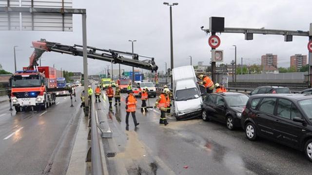 Kran der Feuerwehr im Einsatz - Verkeilte Autos.