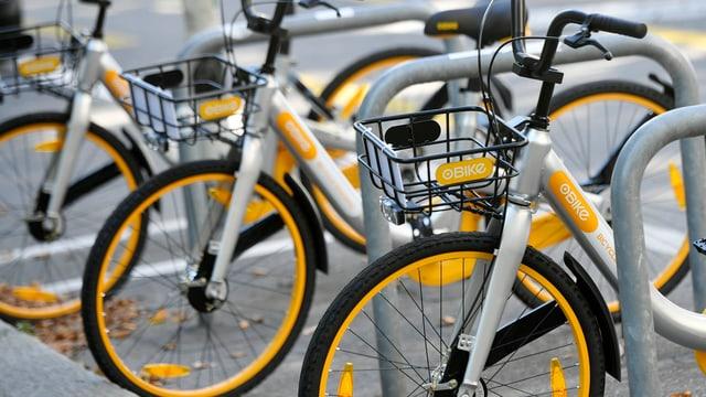 Mehrere O-Bikes am Strassenrand