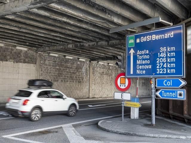 Auto fährt in Richtung des Tunngels beim Grossen Sankt Bernhard