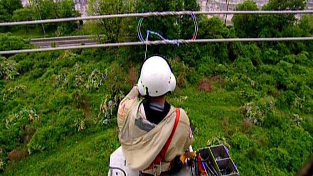 Jemand repariert eine Stromleitung
