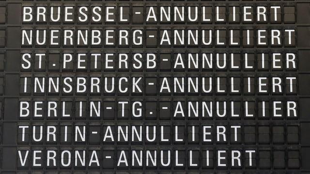 Anzeigetafel mit annullierten Flügen