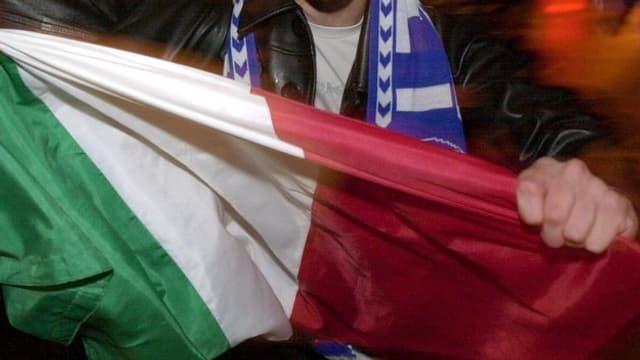 Italienfahne von Mann gehalten