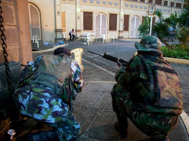 Soldaten halten vor dem Einkaufszentrum die Stellung