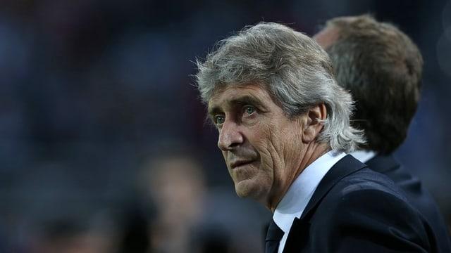 Manuel Pellegrini blickt aufs Fussballfeld.