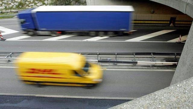 Ein Lastwagen und ein Lieferwagen fahren bei Göschenen in den Gotthardtunnel.