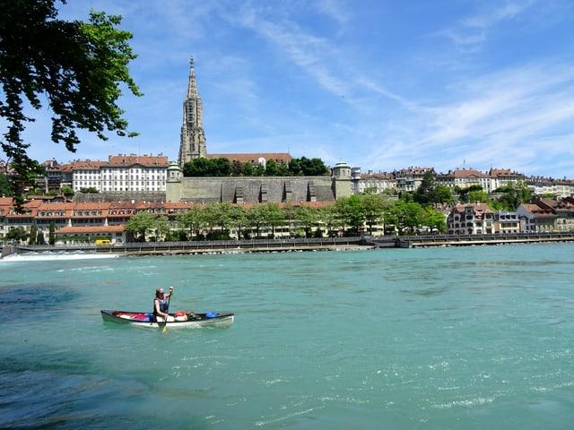 Eine Person in einem Kanu auf einem Fluss.