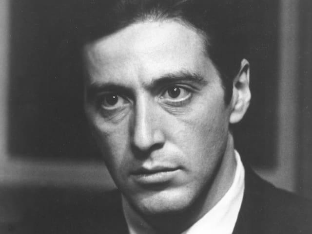 Schwarz-Weisse Porträt-Aufnahme von Al Pacino in seiner Rolle als Michael Corleone