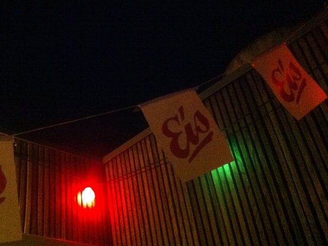 Eisfahne hängt in der Nacht