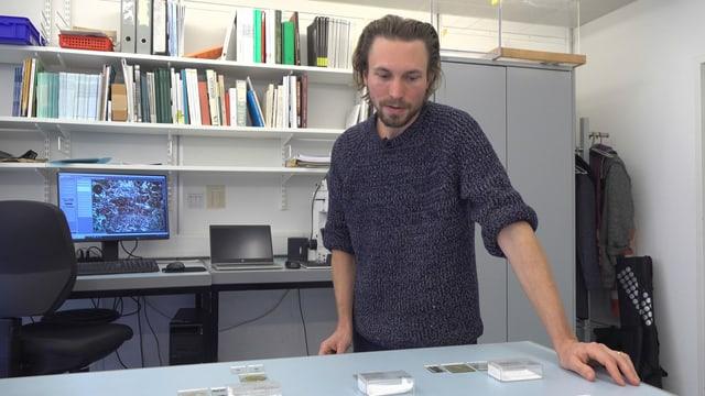 David Brönnimann steht im Labor