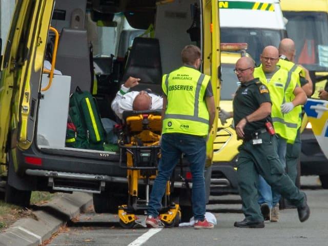Sanitäter bringen einen Verletzten ins Krankenhaus