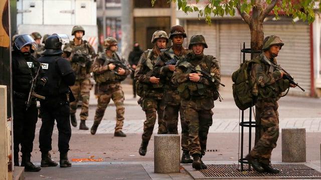 La polizia ed il militar èn a St. Denis en il nord da Paris.