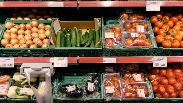 Regal cun verdura en ina fatschenta da commerzi.