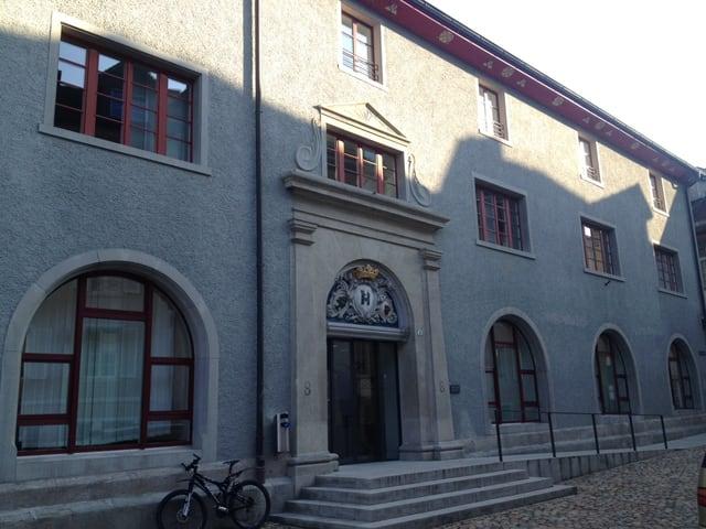 Aussenansicht des Bezirksgerichtes in Brugg, zu sehen ist der Haupteingang.