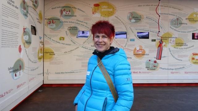 Annetta Simeon da la centrala da dunnas dal Grischun avon il «Lohnmobil» a Cuira.