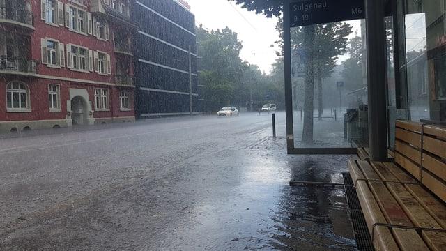 Regen prasselt im Sulgenau-Quartier auf die Strasse.