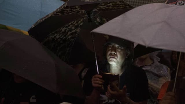 Protestierender in Hongkong mit Smartphone