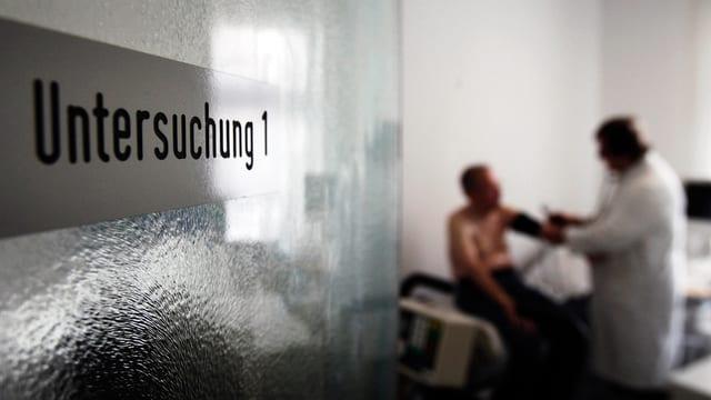 Blick in das Untersuchungszimmer einer Hausarztes