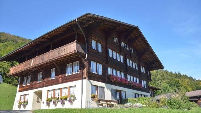 Bild vom dreistöckigen Haus im Chalet-Stil