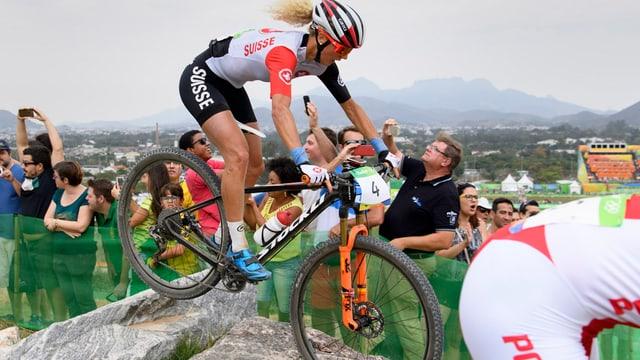 Jolanda Neff durant ina cursa da cross country als gieus olimpics a Rio.
