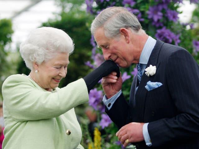 Queen Elisabeth mit ihrem Sohn und Thronfolger Prinz Charles.