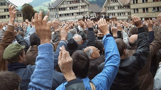 Die abstimmenden Männer an der Landsgmeinde in Hundwil.