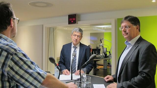 Regierungsrat Willi Haag und SVP-Kantonsrat Willi Huser im Gespräch mit Redaktor Markus Wehrli.