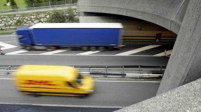 Das Tunnelportal mit zwei LKW's, die sich kreuzen.