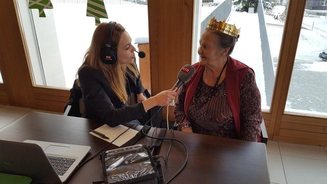 Isabella Wieland en discurs cun ina 'regina' (dunna cun curuna dals 3 retgs).