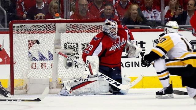 Bryan Rust dals Penguins ha battì il goli dals Capitals, Braden Holtby.
