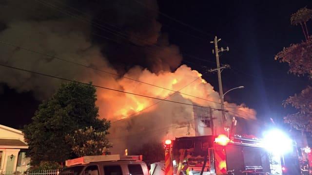 Flammen über Dächern