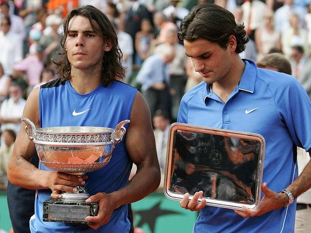 Nadal und Federer bei der Siegerehrung in Paris 2006.