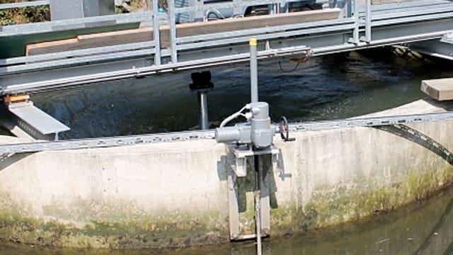 Blick auf Wirbelkraftwerk, Betonrondelle mit Wasser und Brücke darüber