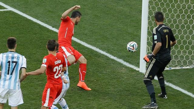 Blerim Dzemaili lenkt den Ball im WM-Achtelfinal gegen Argentinien mit dem Knie neben das Tor.