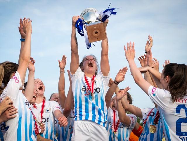 Die FCZ-Frauen stemmen den Meisterpokal in die Höhe.