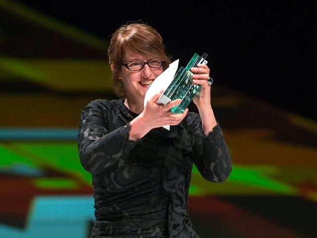 Regisseurin Ursula Meier in schwarzem Kleid mit dem «Quartz» in den Händen.