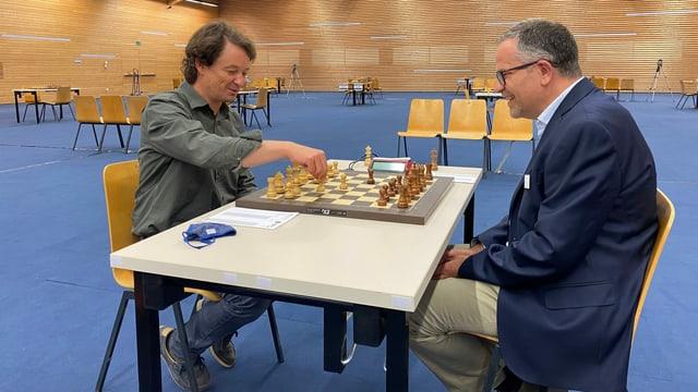 André Gisler, directur da turissem da Flem-Laax-Falera (sen) encunter André Vögtlin, president da la federaziun svizra da schah