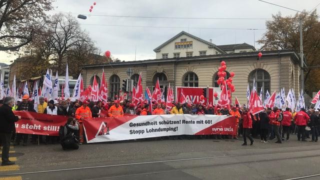 Am Helvetiaplatz in Zürich versammeln sich hunderte Bauarbeiter zum Protestmarsch.