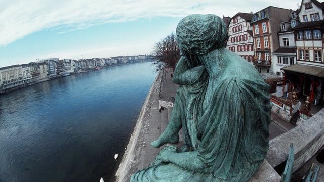 Maletg simbolic. La statua da la Helvezia a Basilea che guarda vers la Germania.