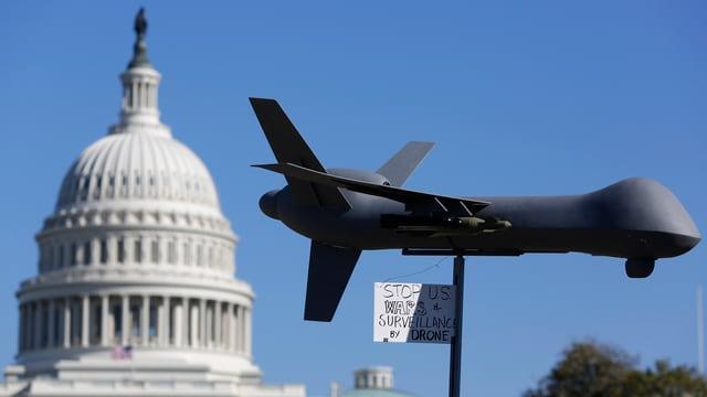 Das Modell einer US-Überwachungsdrohne vor dem Kongress, aufgenommen bei einer Protestkundgebung von Bürgerrechtlern.