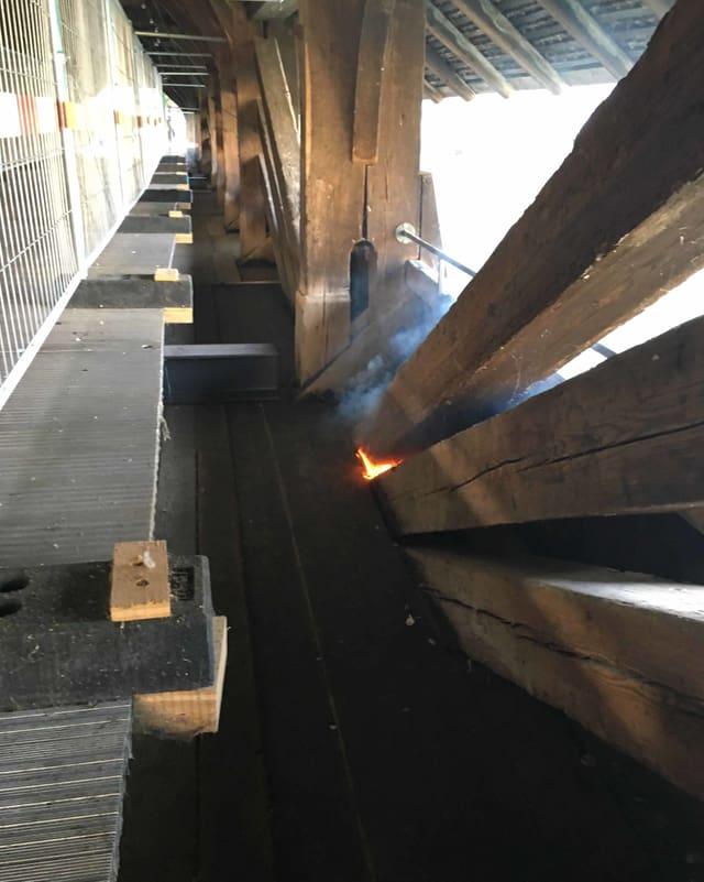 Feuer im mittleren Teil der Brücke