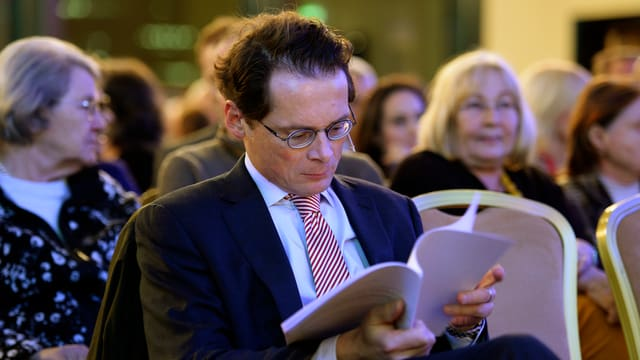 Roger Köppel liest ein Buch