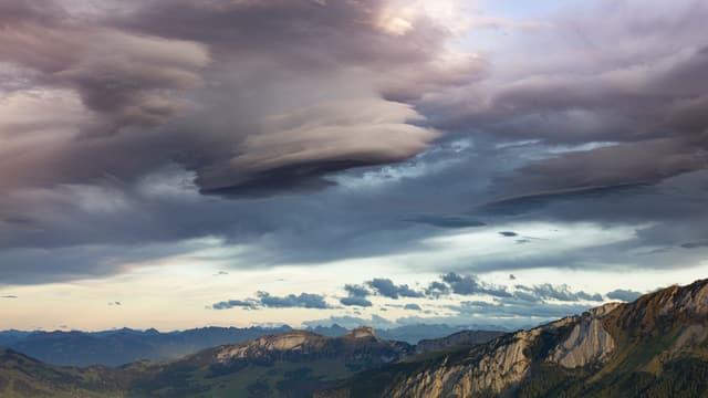Ufo-Wolke über dem Kronberg, wissenschaftlich Altocumulus lenticularis.